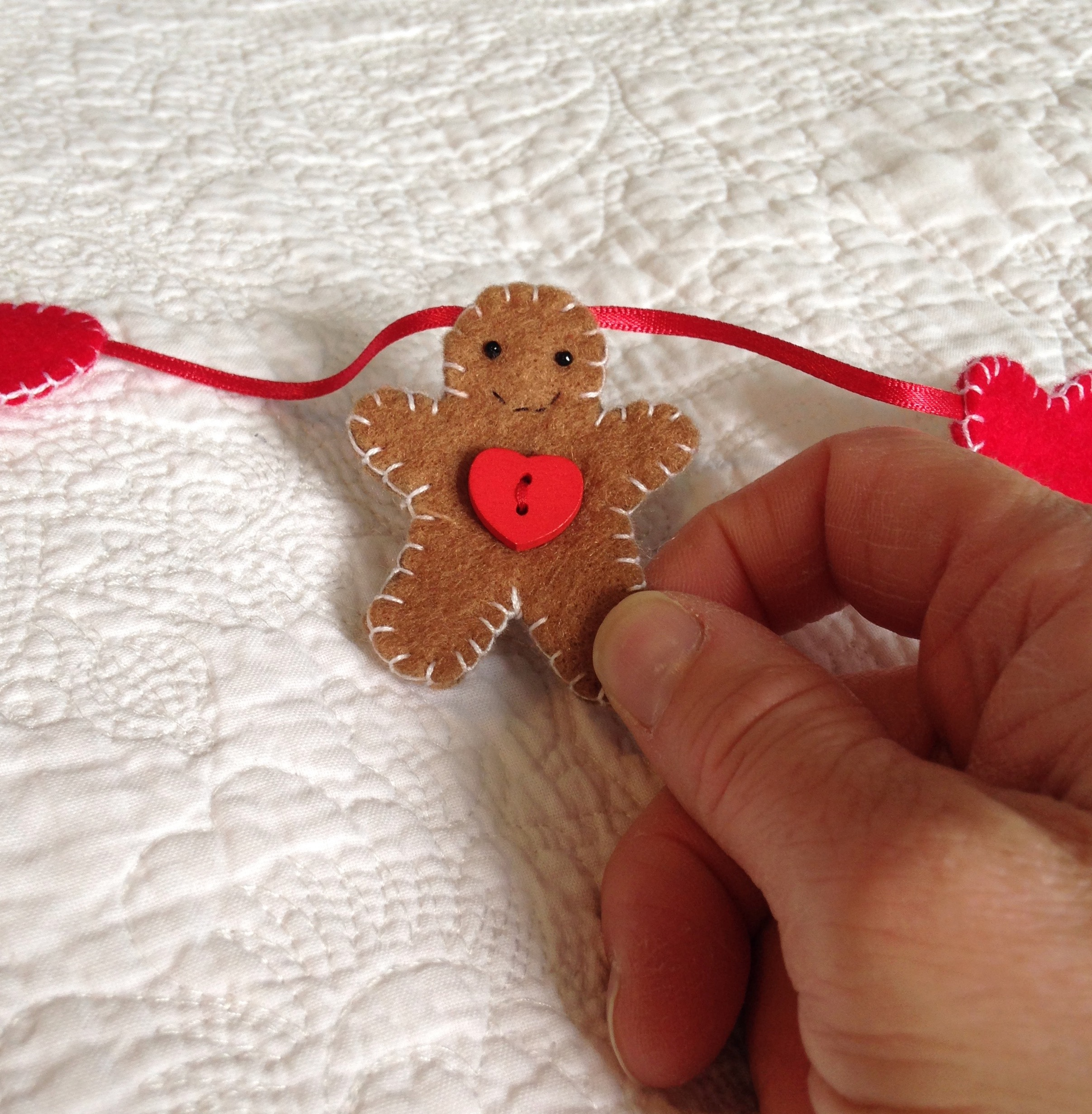 Gingerbread men and hearts garland.